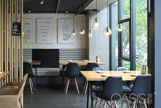 实木板餐桌椅布局选用什么色调样式适合|餐厅家具